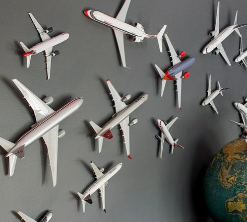 Stoere jongenskamer, jongenskamer voorbeelden, vliegtuigkamer, vliegtuigen op de muur