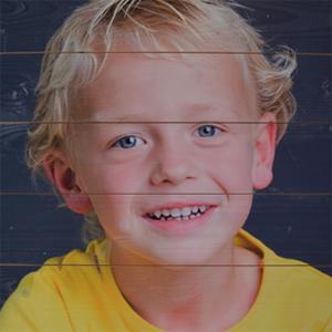 foto-op-hout-portret-jongetje-2