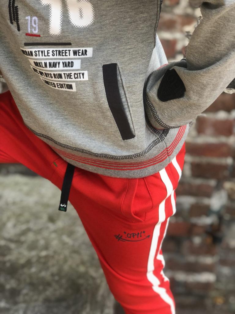 stoere jongenskleding, quapi kidswear, trendy jongenskleding, hoodie jongen, rode trainingsbroek jongen