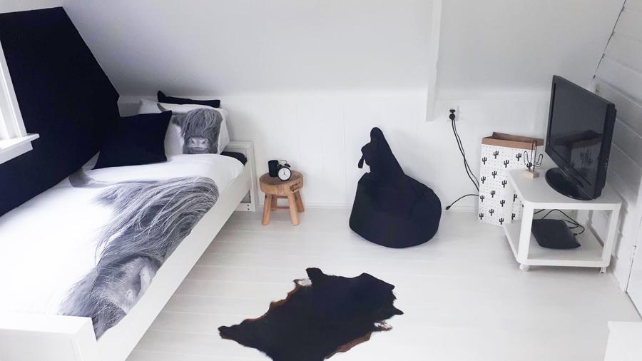 zwart wit kamer kind, stoere jongenskamer, dieren dekbedovertrek, zwarte muur kamer