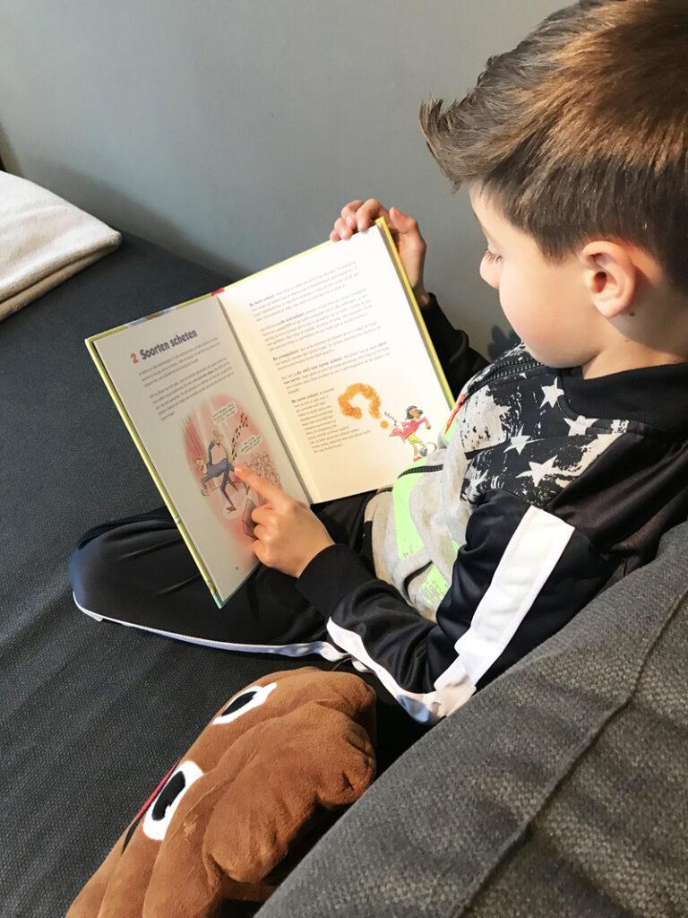 Alles wat je moet weten over scheten, informatief kinderboek, sanne bakker, schetenboek