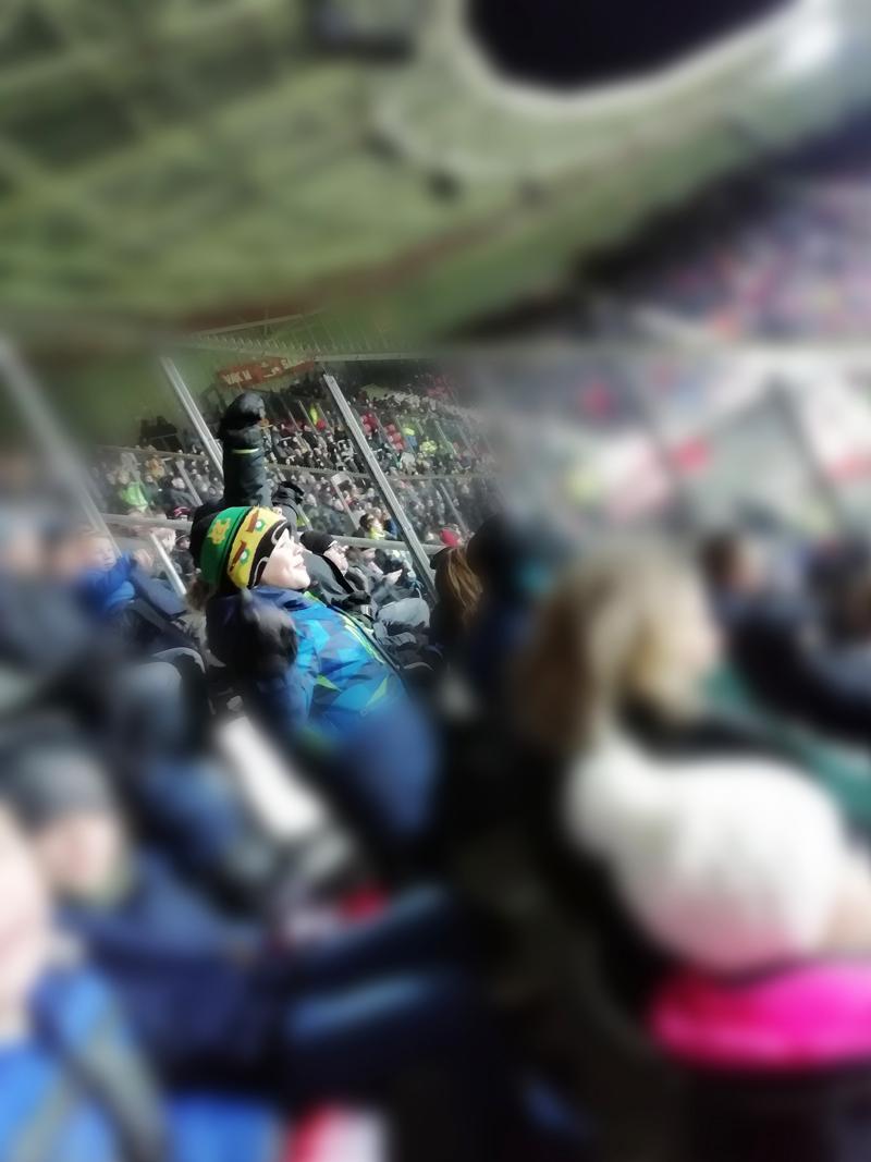 voetbalmoeder, met je zoon naar een voetbalwedstrijd, voetbalwedstrijd AZ