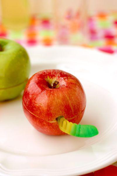 trakatie kind, kindertraktaties voorbeelden, gezonde kindertraktatie, appel met worm traktatie