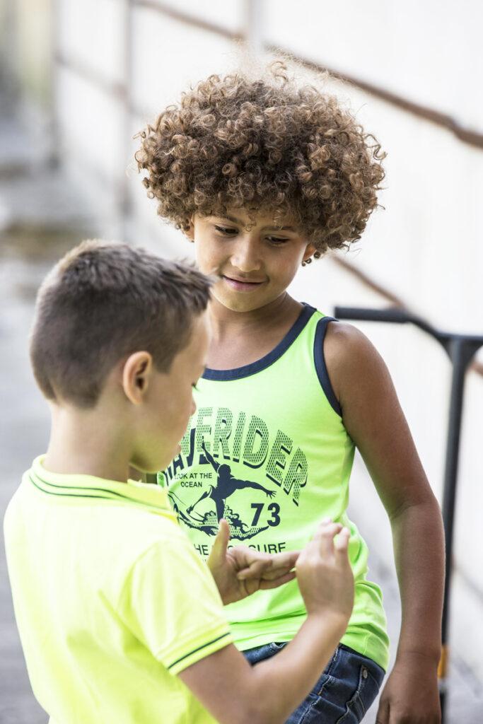 zomerkleding jongens, zomerkleding kind, neon kleur, hemdje jongen