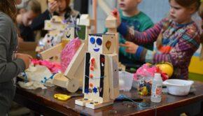 houten robot , doe-het-zelf kinderfeestje, klasfeestje, klus kinderfeestje, dino bouwpakket, dinosaurus feestje, dino knutselen, klussen met je kind