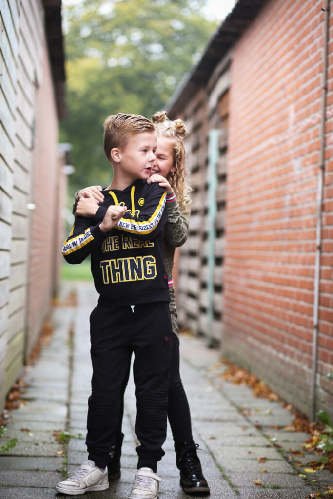 boyslabel, jongenskleding, comfy kinderkleding, donkerblauwe hoodie, donkerblauwe joggingbroek, kindermodeblog, kindermode review, boyslabel en girlslabel