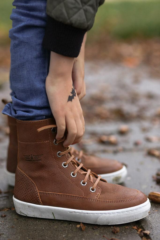 cognac kleur jongensschoenen, leren sneakers