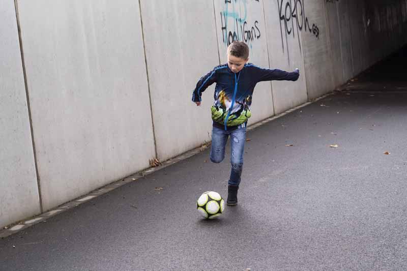 stoere jongen, voetbal jongen, voetbal print vest