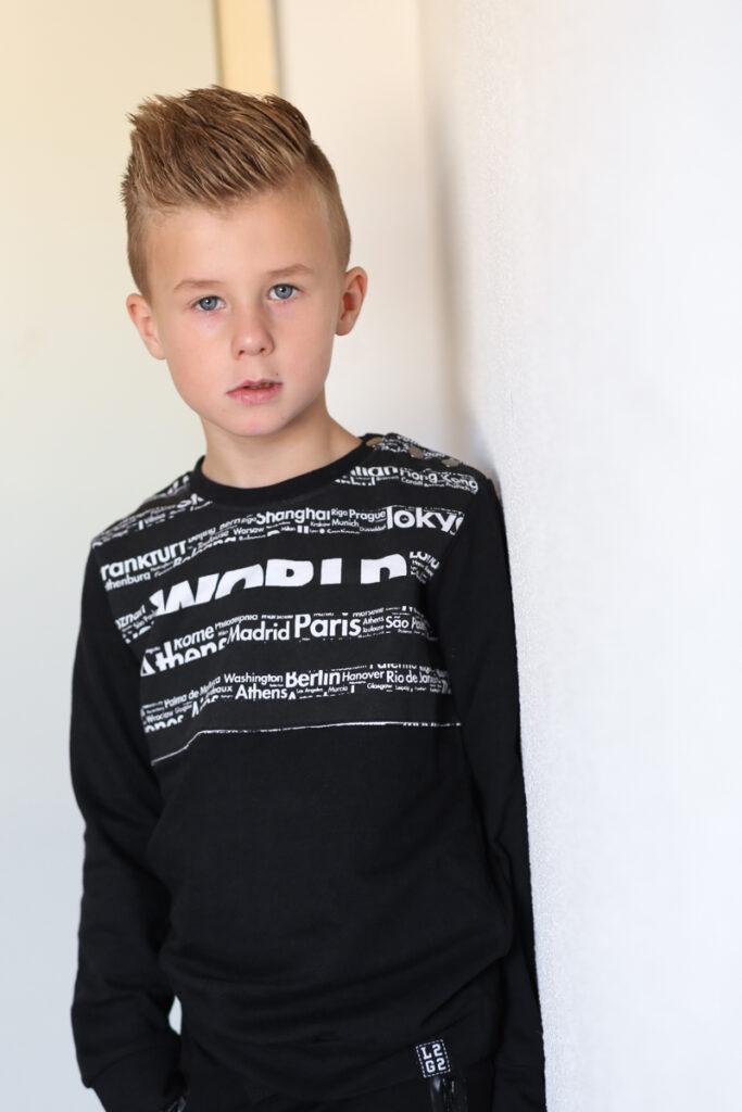 zwarte sweater jongen, zwarte trui jongen, stoere sweater jongen, legends22, duurzame sweater jongen, duurzame kinderkleding