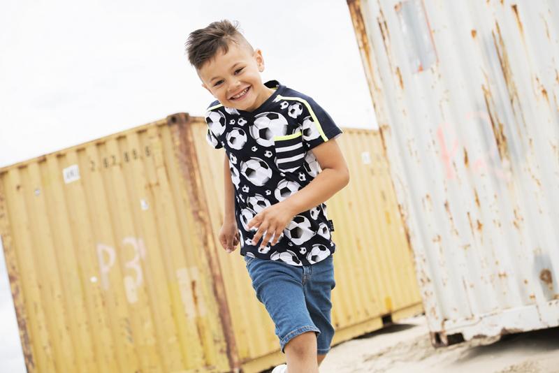 shirt met voetbalprint, voetbalprint kleding, tshirt met voetbal print