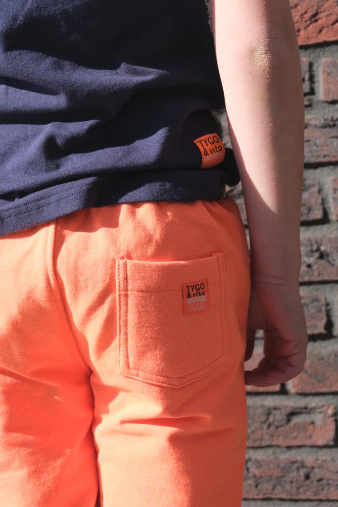 oranje korte broek jongen