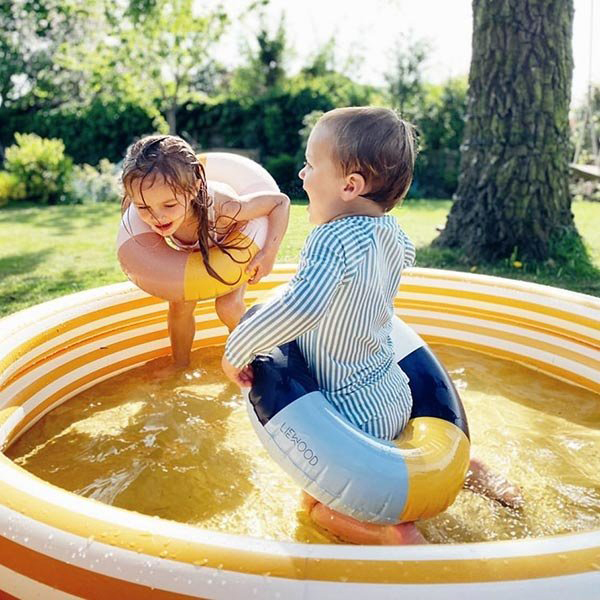liewood zwembad, buitenspelen, buitenspelen met zand, zandbak speelgoed, buitenspelen zand en water, buitenspelen kinderen, kinderzwembad