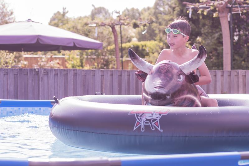 staycation, waterpret in de achtertuin, groot zwembad, zwembad speelgoed, rodeo water stier