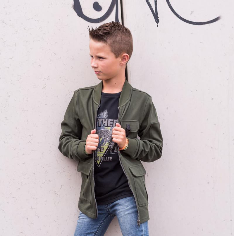 boysstyle, stoer kind, stoere outfit jongen, stoere jeans kind, indian blue jeans, stoere spijkerbroek kind, army groen jack